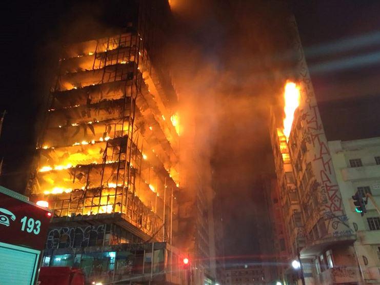 Edificio habitado se incendia y se derrumba en Brasil
