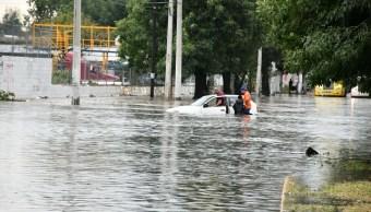 rescatan familia que quedo atrapada fuerte lluvia guadalajara