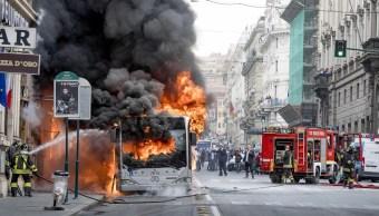 Explota autobús en el corazón de Roma; descartan acto terrorista