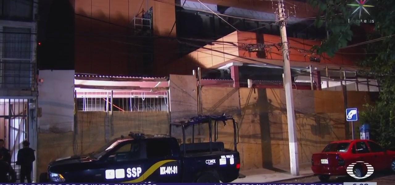 Ladrones roban herramienta de una construcción y uno cae en cisterna