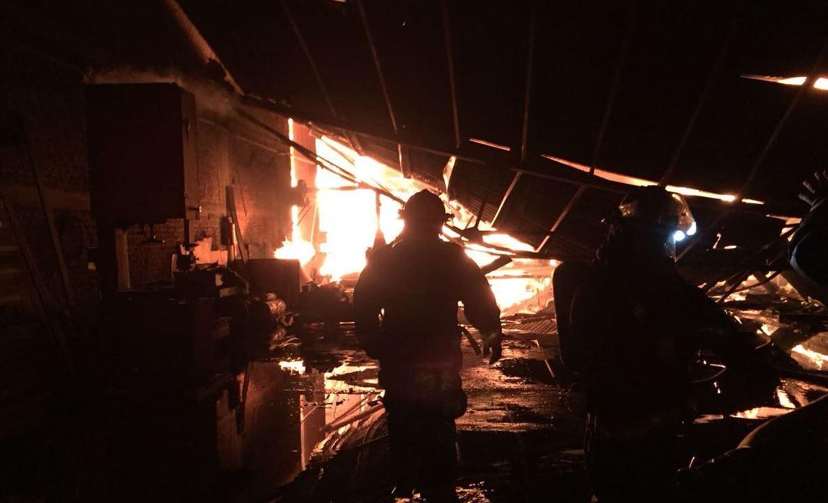 Incendio consume parte de una maderería en Guadalajara