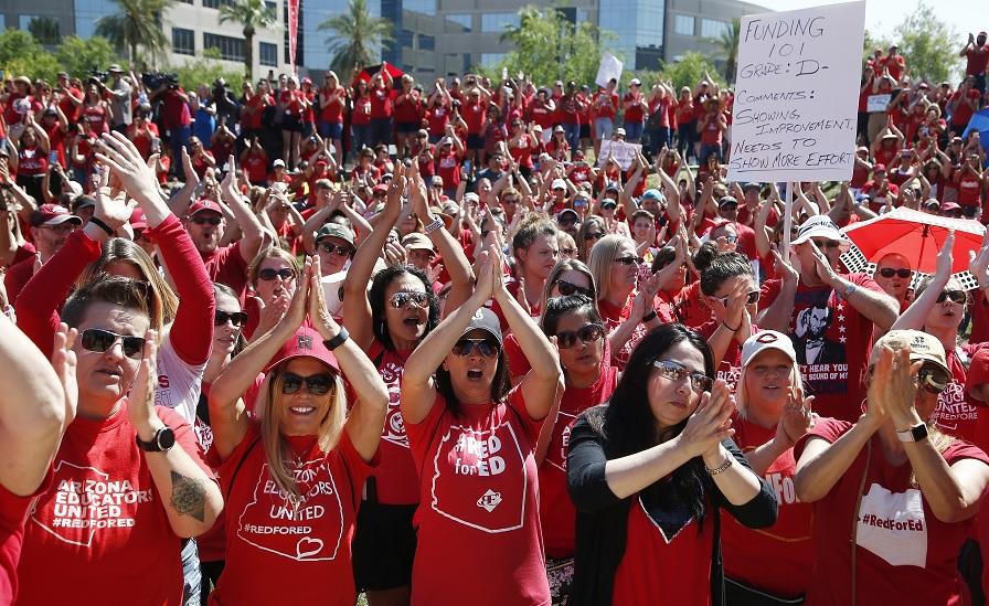 Maestros Arizona obtienen aumentos salariales huelga