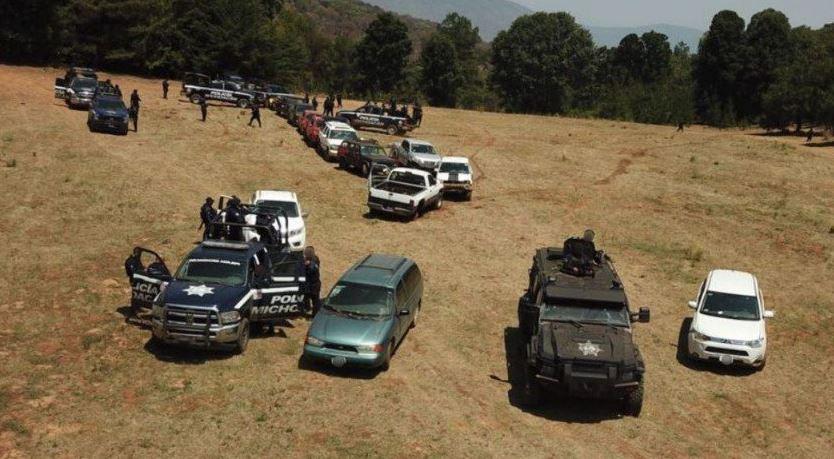 Aseguran campamento ilegal, armas y vehículos robados en Michoacán