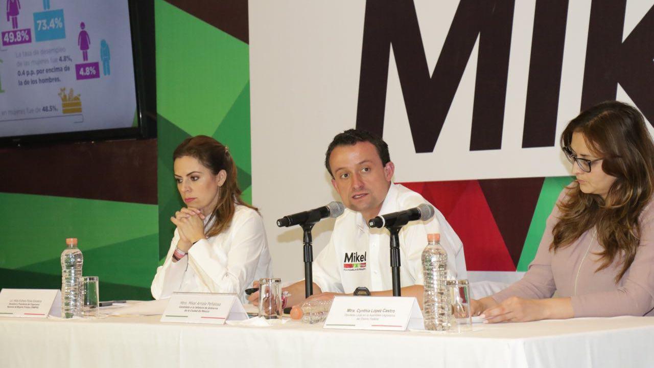 Estudiantes cuestionan a Mikel Arriola por carencia de propuestas innovadoras