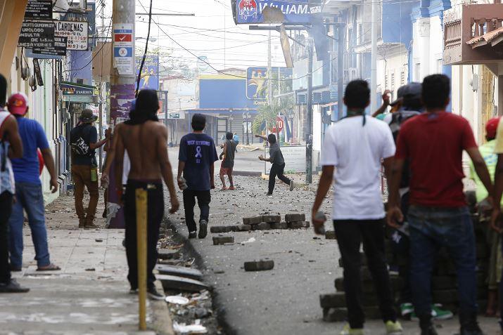 Comercios de Nicaragua sufren saqueos y proliferan barricadas en ciudades