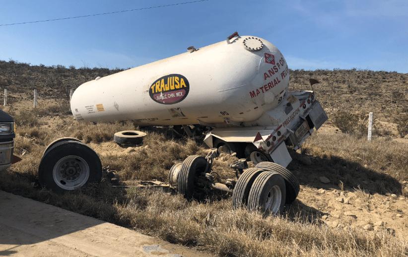 Vuelca tráiler con 90 mil litros de gas LP en carretera de Coahuila