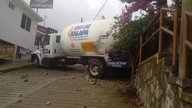 Pipa de gas se queda sin frenos cerca de jardín de niños en Veracruz