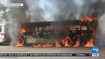 Pobladores de Otzolotepec incendian tres autobuses de pasajeros