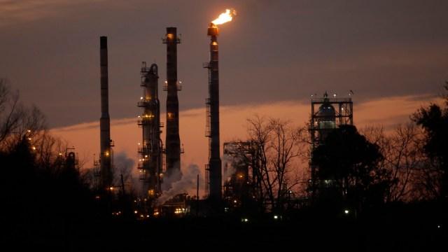 Precios del petróleo alcanzan máximos tras anuncio