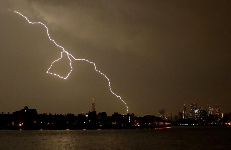 Caen 20 mil rayos sobre Reino Unido en tormenta nocturna