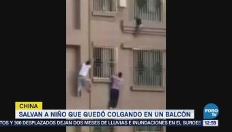 Salvan a niño que cuelga en un balcón en China
