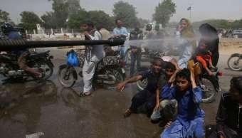 Mueren 65 personas en Pakistán por ola de calor, según organización civil