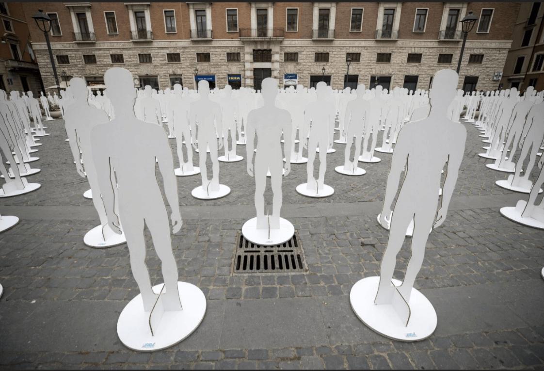 Siluetas en Italia durante evento Trabajar para vivir. (EFE)