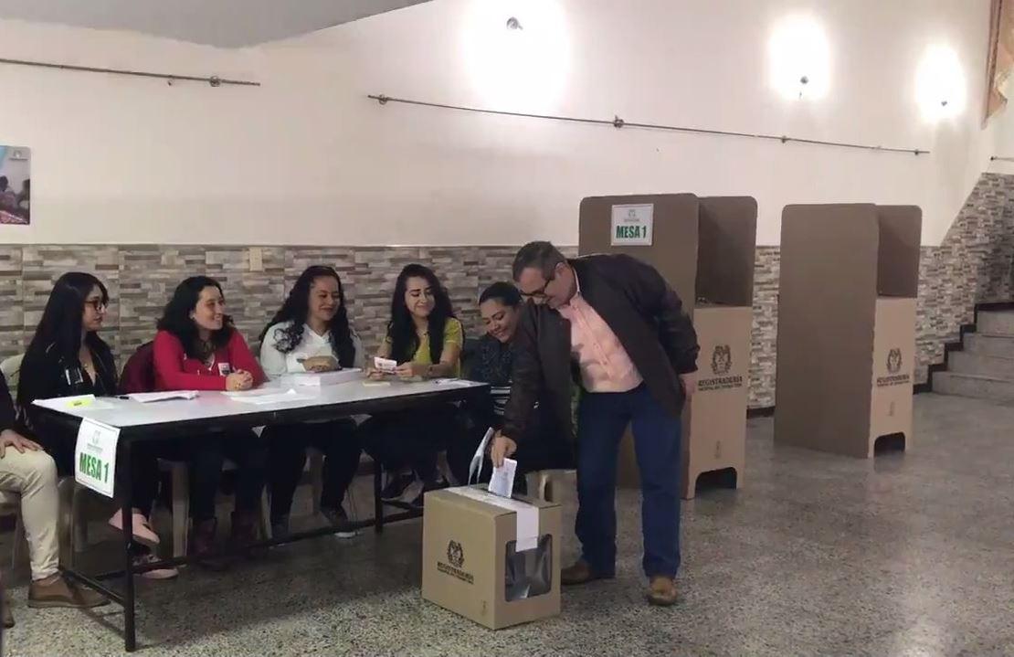 Líder FARC vota por primera vez para que elecciones traigan