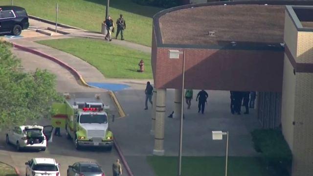 Hallan artefactos explosivos en la escuela del tiroteo de Texas