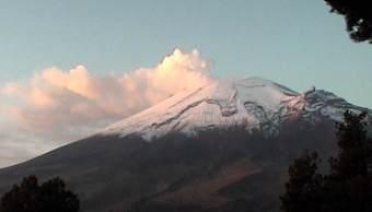 Volcán Popocatépetl amanece nevado y mantiene actividad moderada