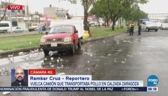 Vuelca camión que transportaba pollo en calzada Zaragoza, CDMX