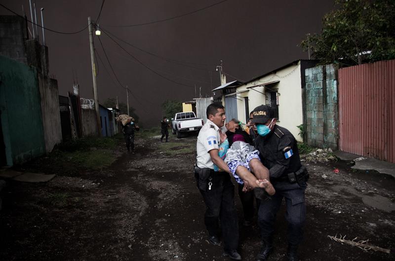 Ya son 25 muertos por erupción de volcán en Guatemala