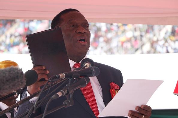 Presidente de Zimbabue Emmerson Mnangagwa sobrevive a explosión durante mitin político