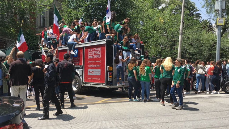 Aficionados festejan pase de México afuera de la Embajada