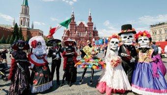 Aficionados mexicanos desfile Día Muertos Plaza Roja