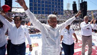 AMLO promete esclarecer caso de normalistas de Ayotzinapa