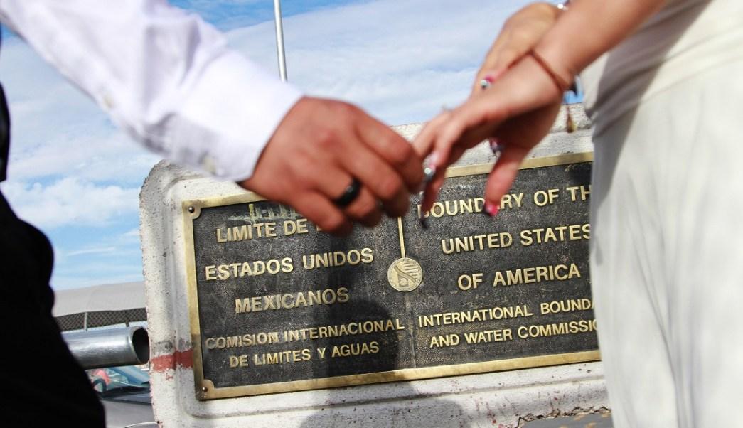 Pareja se casa en la frontera de México y Estados Unidos