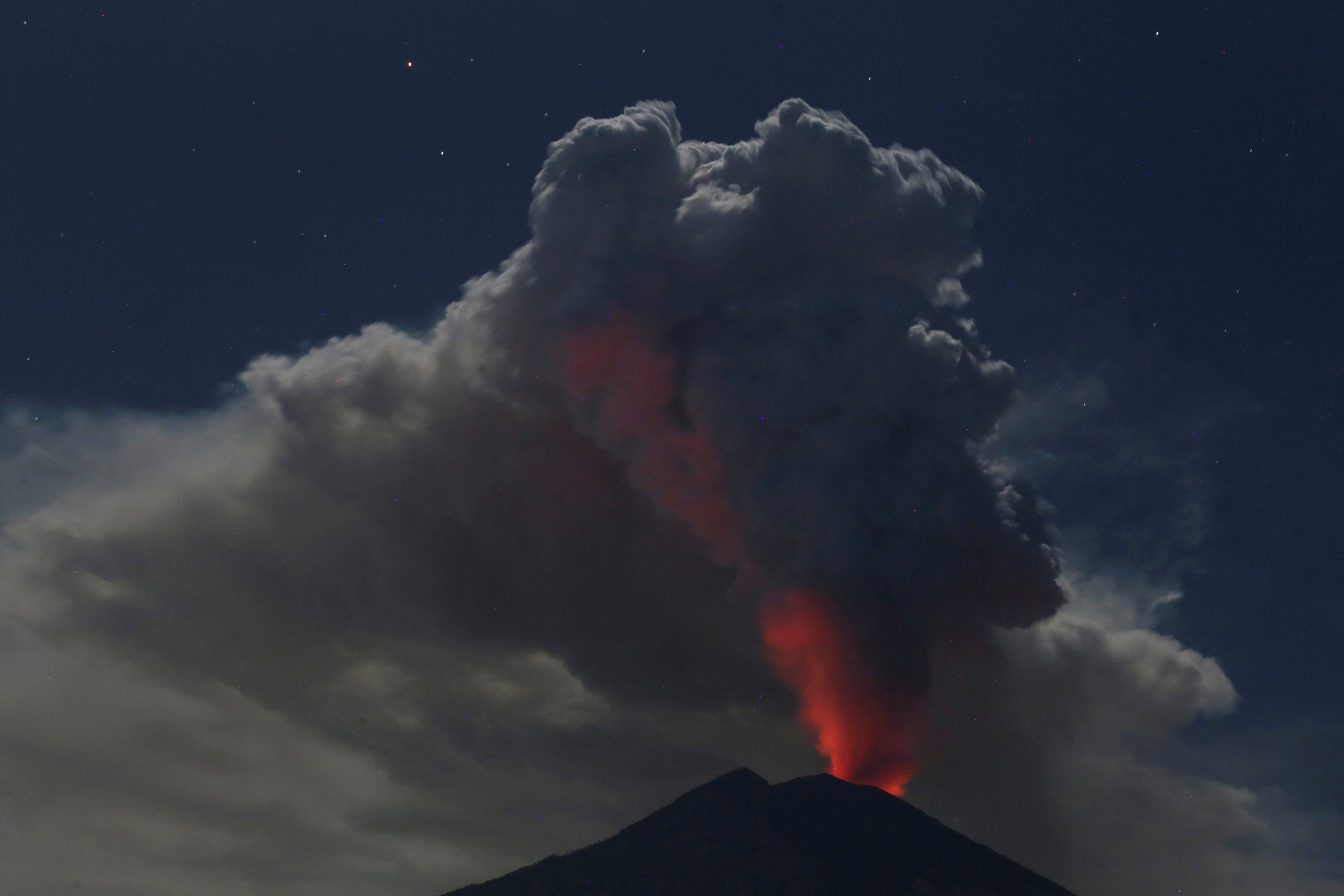 Reabren aeropuerto de Bali tras erupción del volcán Monte Agung