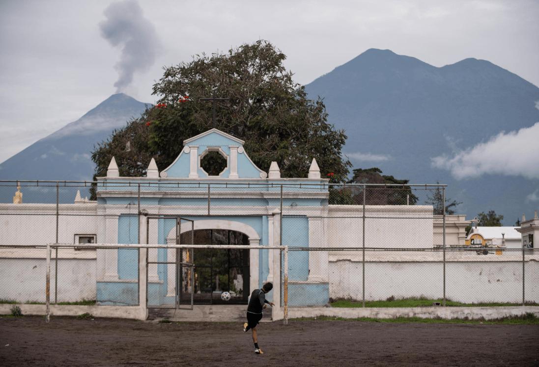 El Volcán de Fuego continúa lanzando fumarolas. (EFE)
