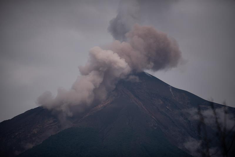 El Volcán de Fuego lanza una fumarola el sábado 16 de junio