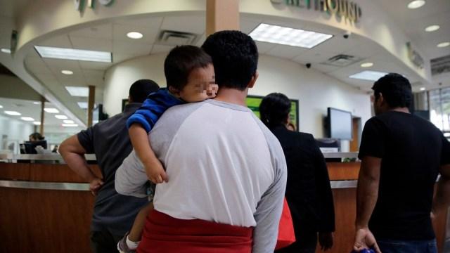 Estados Unidos deporta salvadoreños y deja solos sus hijos