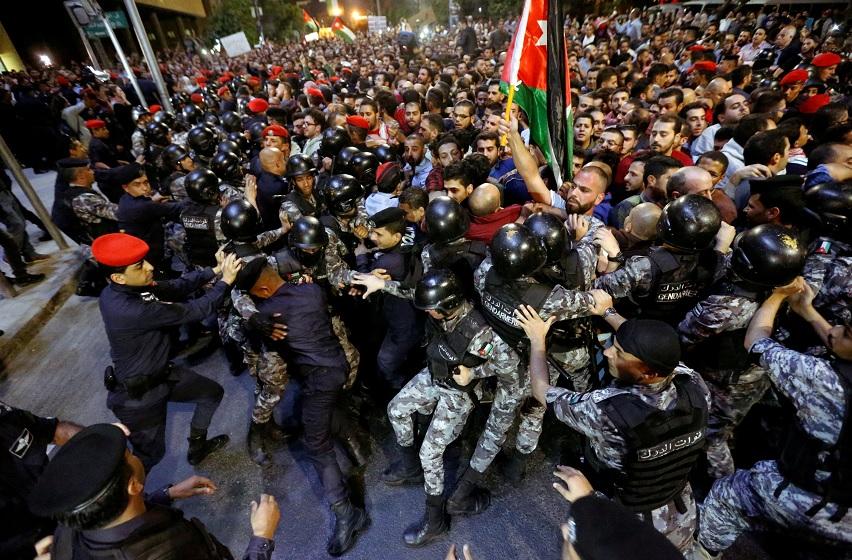 Rey de Jordania ordena formación de Gobierno