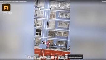 Spiderman chino escala cinco pisos para salvar a nino