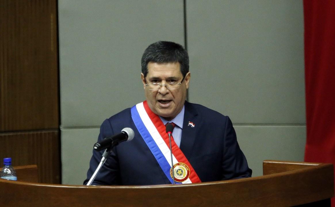 Cartes retira renuncia presidencia Paraguay; no senador
