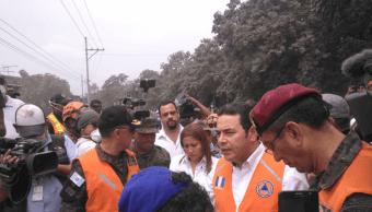 Presidente de Guatemala recorre zona devastada por erupción