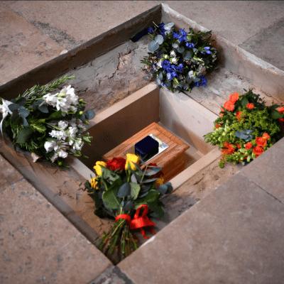 La voz de Stephen Hawking viaja hacia el espacio durante su funeral