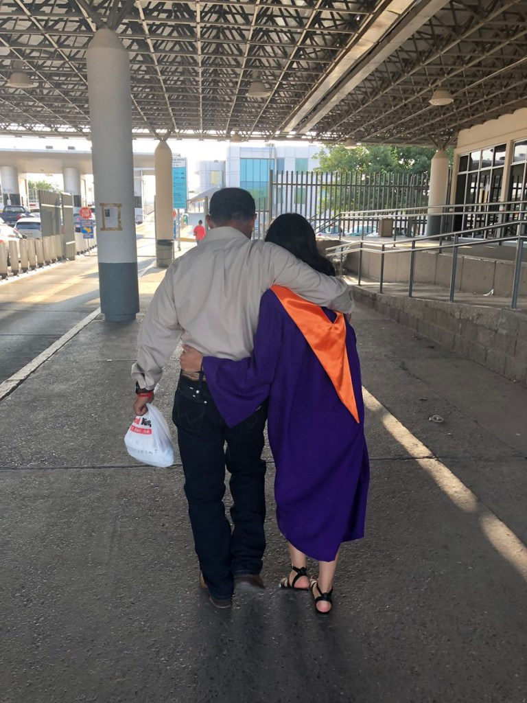 Graduada cruza la frontera con toga y birrete para reunirse con su padre