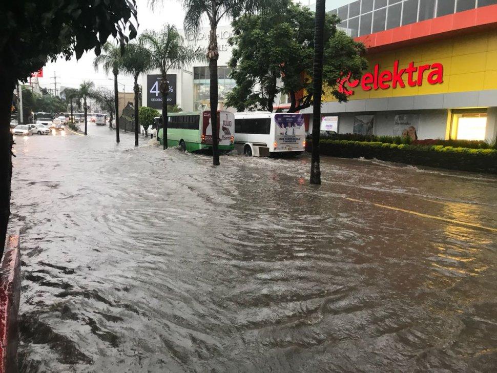Lluvias afectan vialidades en Cuernavaca, Morelos