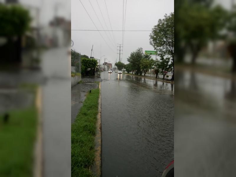 Lluvia provoca encharcamientos en varias avenidas de Puebla