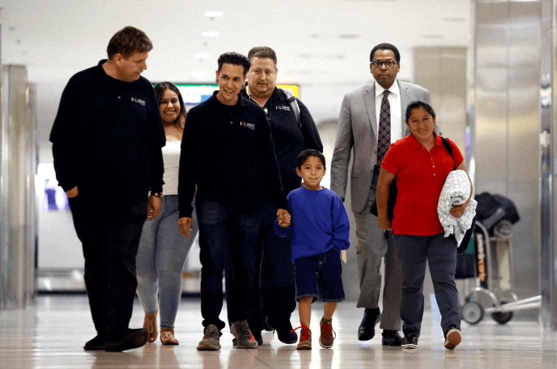 Madre guatemalteca se reúne con su hijo tras ser separados en EU. (AP)