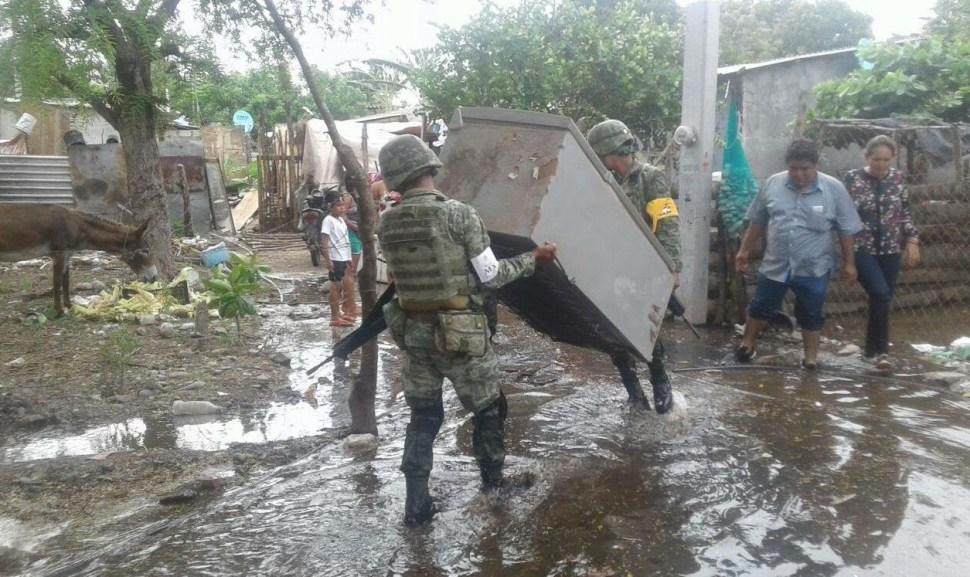Soldados ayudaron a la población a rescatar enseres domésticos, colchones y mascotas. (Noticieros Televisa)