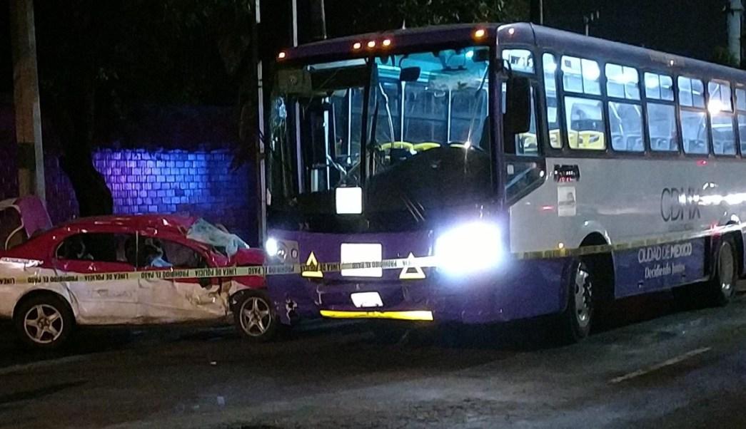 Camión de pasajeros embiste a taxi en Río Churubusco