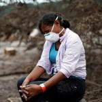Mujer busca a 50 familiares desaparecidos tras erupción de volcán en Guatemala