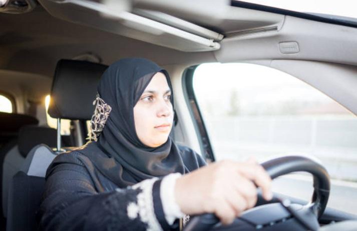 Mujer saudí tripula un F1 para celebrar permiso de conducir en Arabia
