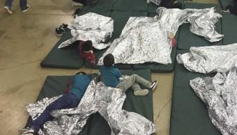 Niños enjaulados que lloran a sus padres, resultado de política migratoria de Trump