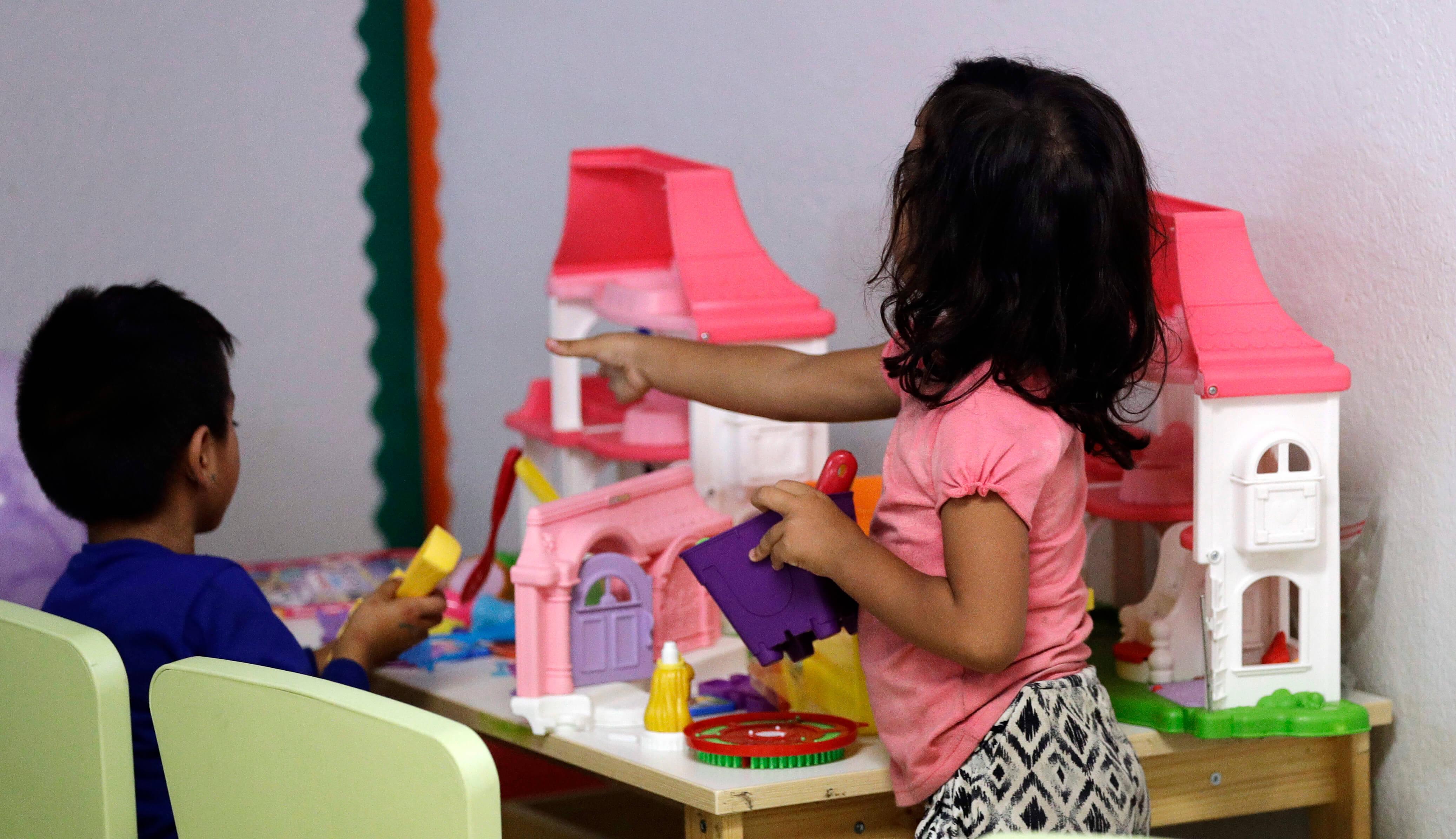 Niños migrantes en albergue de Caridades Católicas en Texas