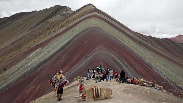 Perú cede Vinicunca, la montaña de siete colores, a minera