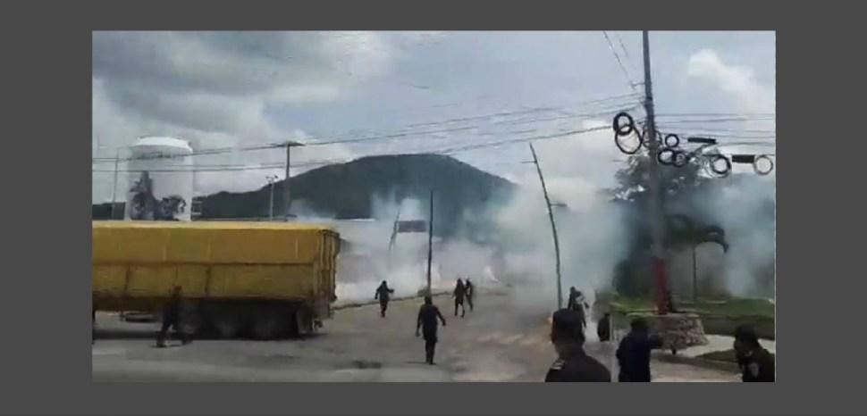Policía de Chiapas y normalistas se enfrentan