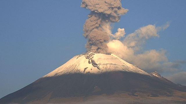 Cenapred reporta dos explosiones en el volcán Popocatépetl