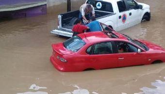 Rescatan a familia atrapada en un vehículo tras inundaciones en Xalapa, Veracruz